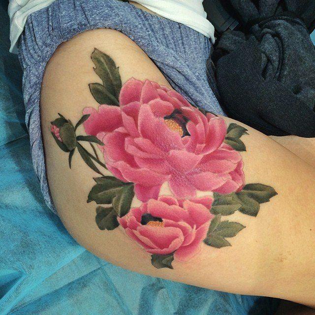 Женская татуировка цветы