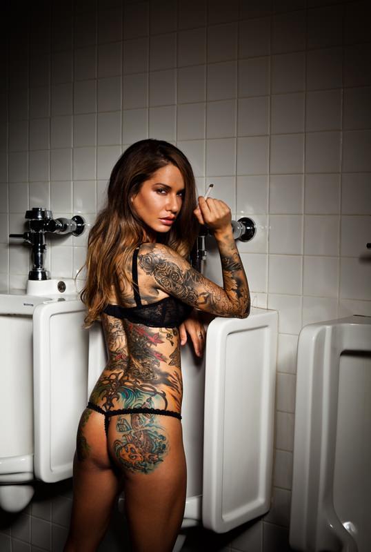 Азиатка с круглой татуировкой на плече порно