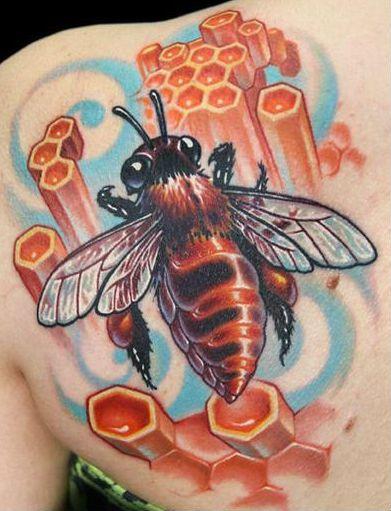 тату пчела на лопатке