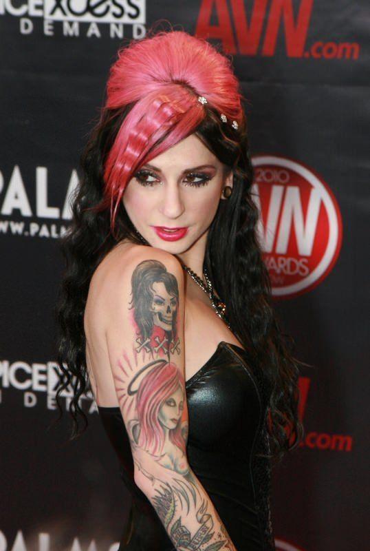 20 знаменитых порно-актрис с татуировками - фото