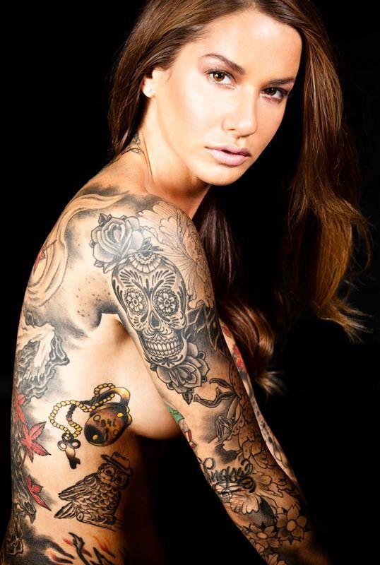 Девушка с татуировкой в виде сердца возле лобка порно
